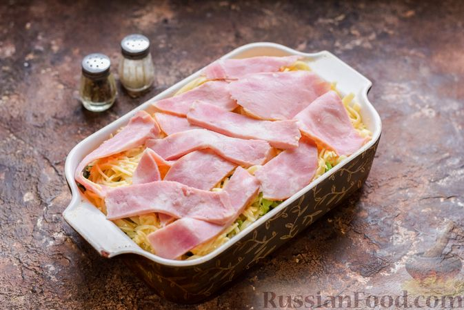Фото приготовления рецепта: Запеканка из лапши с брокколи, зелёным горошком, беконом и сыром - шаг №14