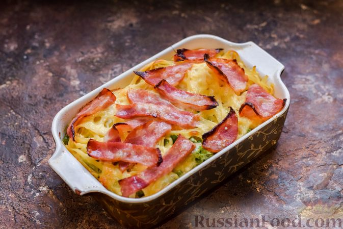 Фото приготовления рецепта: Запеканка из лапши с брокколи, зелёным горошком, беконом и сыром - шаг №15