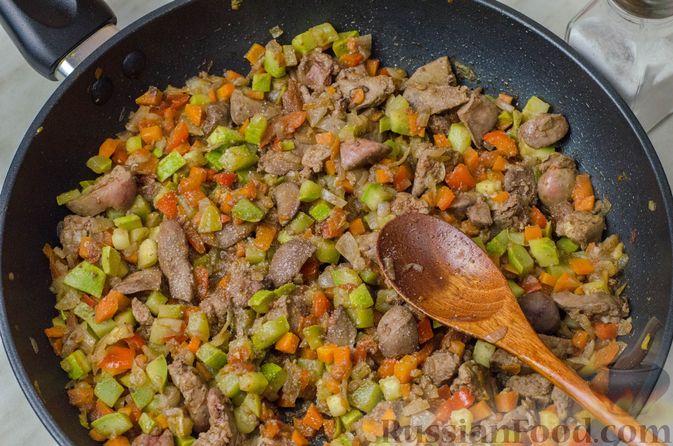 Фото приготовления рецепта: Пирог из творожного теста с мясным фаршем, куриной печенью, грибами и овощами - шаг №17