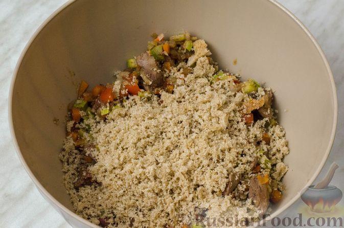 Фото приготовления рецепта: Пирог из творожного теста с мясным фаршем, куриной печенью, грибами и овощами - шаг №18