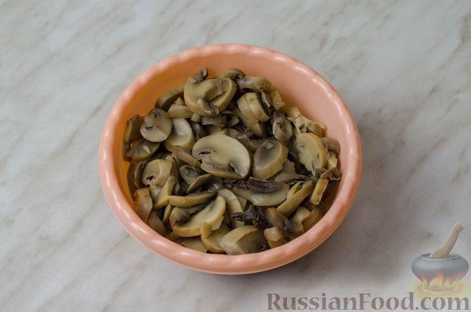 Фото приготовления рецепта: Пирог из творожного теста с мясным фаршем, куриной печенью, грибами и овощами - шаг №19