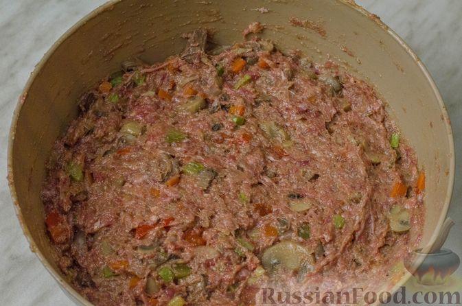 Фото приготовления рецепта: Пирог из творожного теста с мясным фаршем, куриной печенью, грибами и овощами - шаг №21