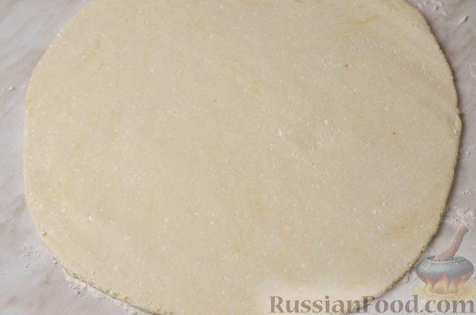 Фото приготовления рецепта: Пирог из творожного теста с мясным фаршем, куриной печенью, грибами и овощами - шаг №23