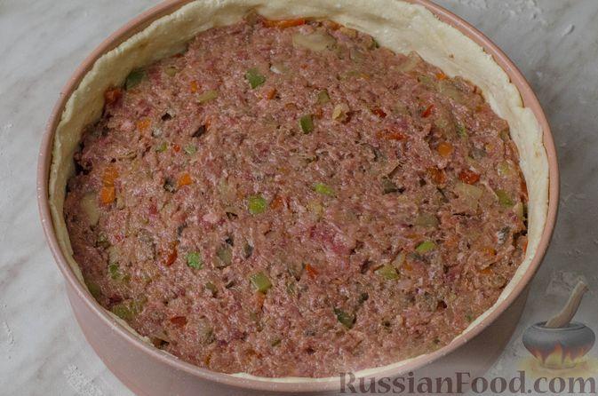 Фото приготовления рецепта: Пирог из творожного теста с мясным фаршем, куриной печенью, грибами и овощами - шаг №25