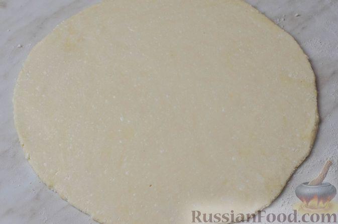 Фото приготовления рецепта: Пирог из творожного теста с мясным фаршем, куриной печенью, грибами и овощами - шаг №26