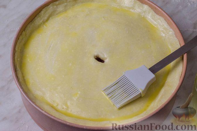Фото приготовления рецепта: Пирог из творожного теста с мясным фаршем, куриной печенью, грибами и овощами - шаг №28