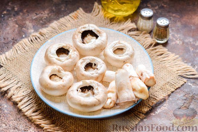 Фото приготовления рецепта: Шампиньоны с творожным сыром и зеленью, запечённые в беконе - шаг №2