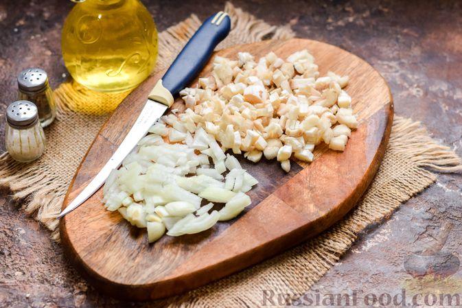 Фото приготовления рецепта: Шампиньоны с творожным сыром и зеленью, запечённые в беконе - шаг №3