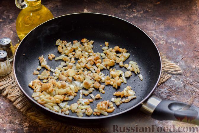 Фото приготовления рецепта: Шампиньоны с творожным сыром и зеленью, запечённые в беконе - шаг №4