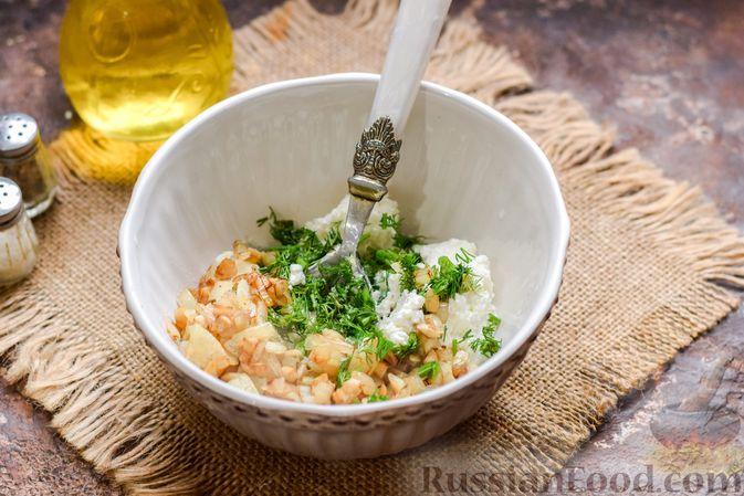 Фото приготовления рецепта: Шампиньоны с творожным сыром и зеленью, запечённые в беконе - шаг №6