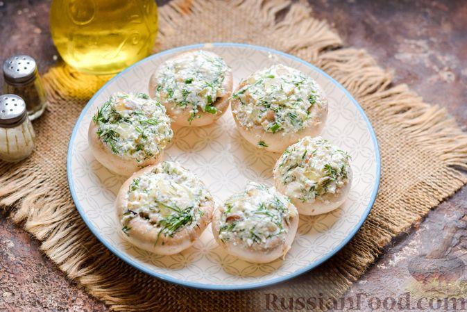Фото приготовления рецепта: Шампиньоны с творожным сыром и зеленью, запечённые в беконе - шаг №8