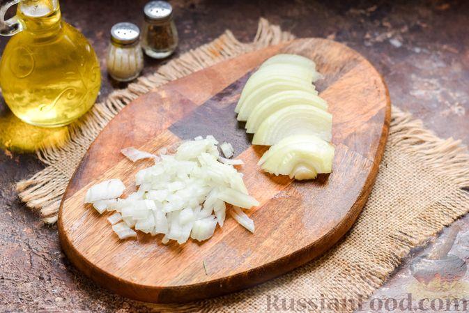 Фото приготовления рецепта: Скумбрия, запечённая с грибами и картошкой (в духовке) - шаг №3
