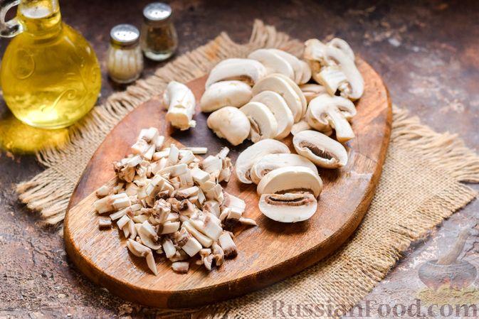 Фото приготовления рецепта: Скумбрия, запечённая с грибами и картошкой (в духовке) - шаг №4
