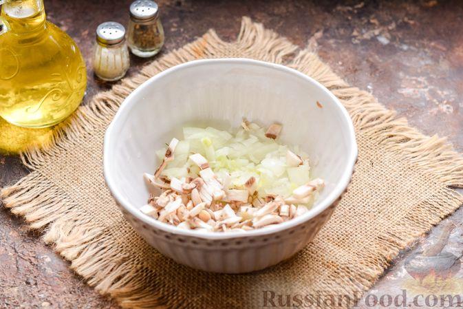 Фото приготовления рецепта: Скумбрия, запечённая с грибами и картошкой (в духовке) - шаг №5