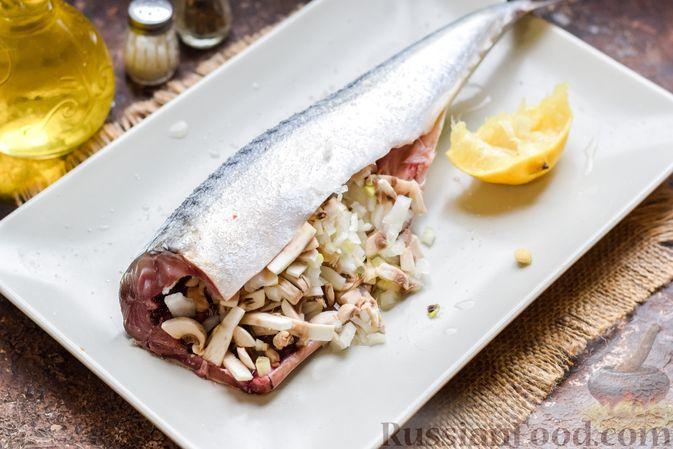 Фото приготовления рецепта: Скумбрия, запечённая с грибами и картошкой (в духовке) - шаг №7