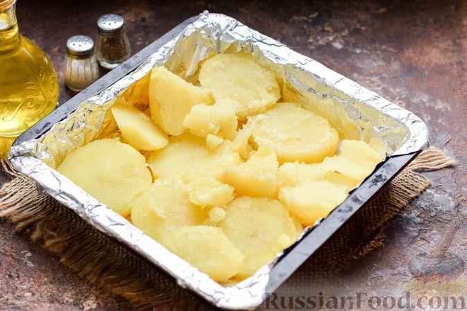 Фото приготовления рецепта: Скумбрия, запечённая с грибами и картошкой (в духовке) - шаг №8