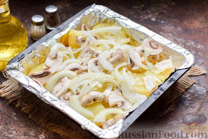 Фото приготовления рецепта: Скумбрия, запечённая с грибами и картошкой (в духовке) - шаг №9