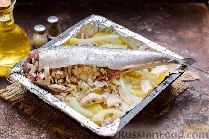 Фото приготовления рецепта: Скумбрия, запечённая с грибами и картошкой (в духовке) - шаг №10