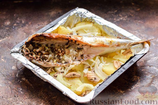 Фото приготовления рецепта: Скумбрия, запечённая с грибами и картошкой (в духовке) - шаг №11