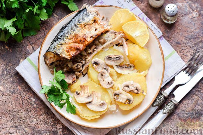 Фото приготовления рецепта: Скумбрия, запечённая с грибами и картошкой (в духовке) - шаг №12