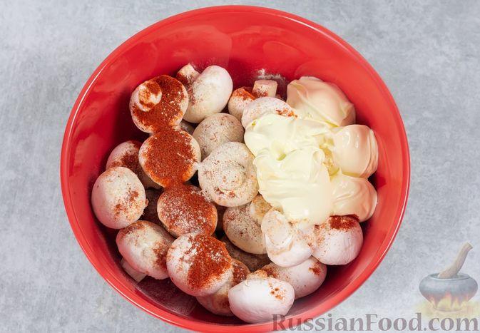 Фото приготовления рецепта: Шампиньоны, запечённые с майонезом и пряностями - шаг №4