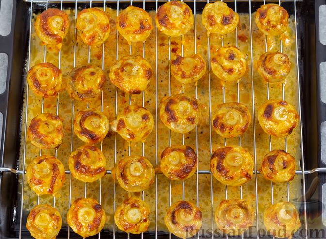 Фото приготовления рецепта: Шампиньоны, запечённые с майонезом и пряностями - шаг №7