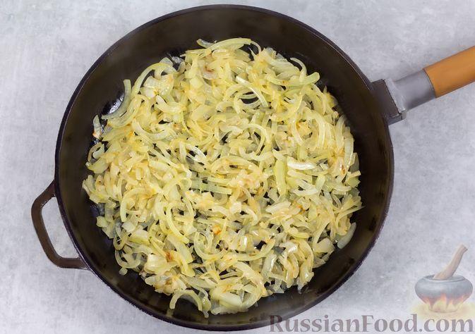 Фото приготовления рецепта: Салат с консервированной фасолью, жареными шампиньонами, солеными огурцами и морковью - шаг №5