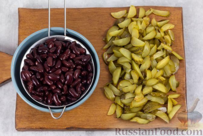 Фото приготовления рецепта: Салат с консервированной фасолью, жареными шампиньонами, солеными огурцами и морковью - шаг №8