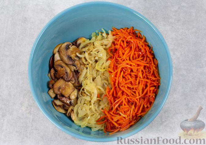 Фото приготовления рецепта: Салат с консервированной фасолью, жареными шампиньонами, солеными огурцами и морковью - шаг №7