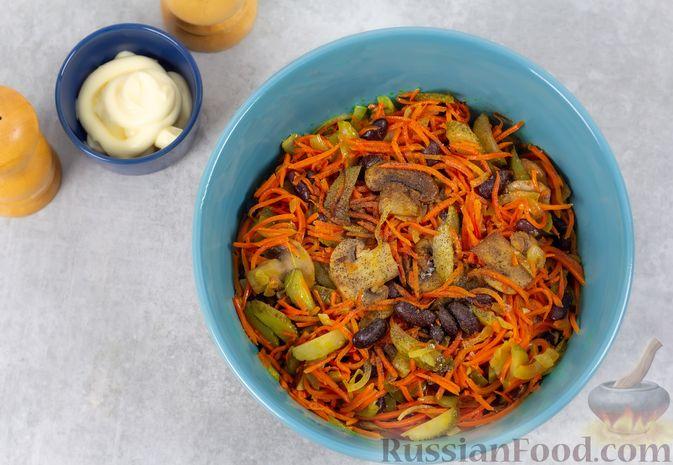 Фото приготовления рецепта: Салат с консервированной фасолью, жареными шампиньонами, солеными огурцами и морковью - шаг №10
