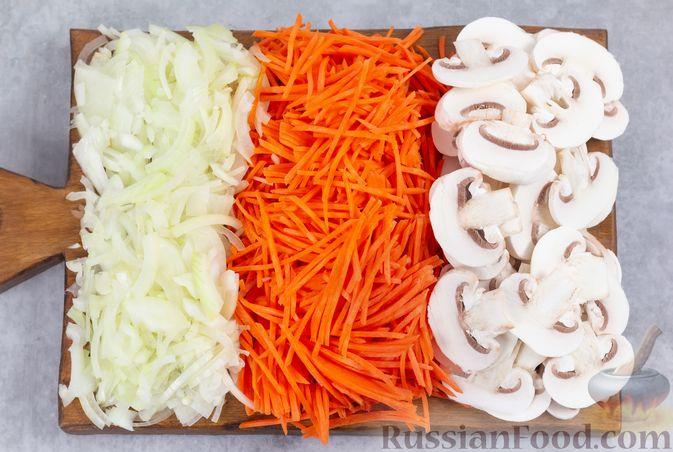 Фото приготовления рецепта: Салат с консервированной фасолью, жареными шампиньонами, солеными огурцами и морковью - шаг №2