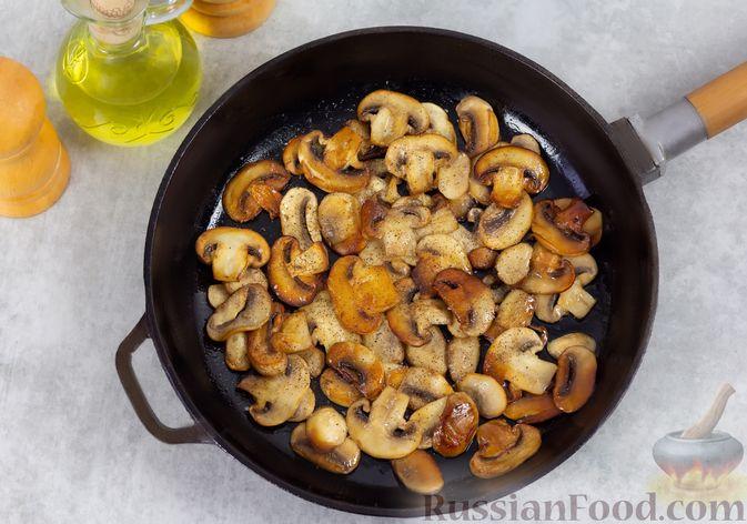 Фото приготовления рецепта: Салат с консервированной фасолью, жареными шампиньонами, солеными огурцами и морковью - шаг №3