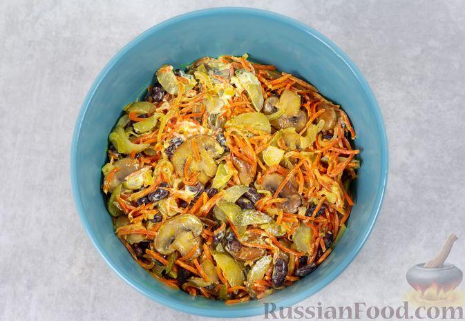 Фото приготовления рецепта: Салат с консервированной фасолью, жареными шампиньонами, солеными огурцами и морковью - шаг №11