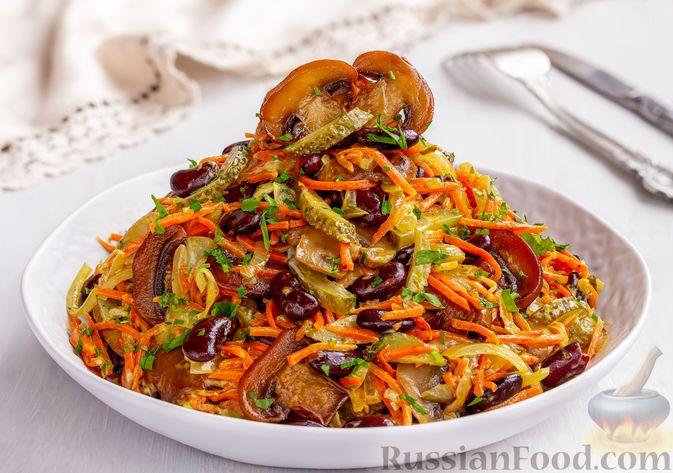 Фото приготовления рецепта: Салат с консервированной фасолью, жареными шампиньонами, солеными огурцами и морковью - шаг №13