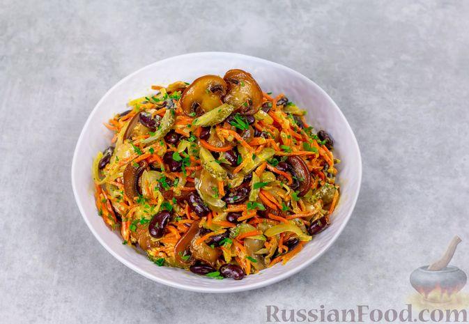Фото приготовления рецепта: Салат с консервированной фасолью, жареными шампиньонами, солеными огурцами и морковью - шаг №12
