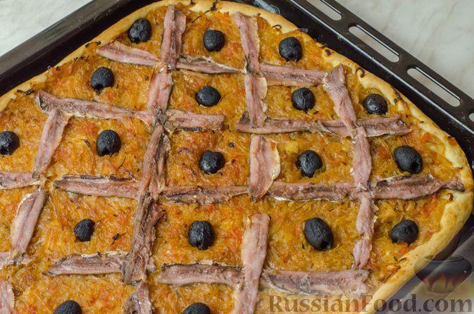 """Фото к рецепту: Дрожжевой луковый пирог """"Писсаладьер"""" с помидорами, анчоусами и маслинами"""