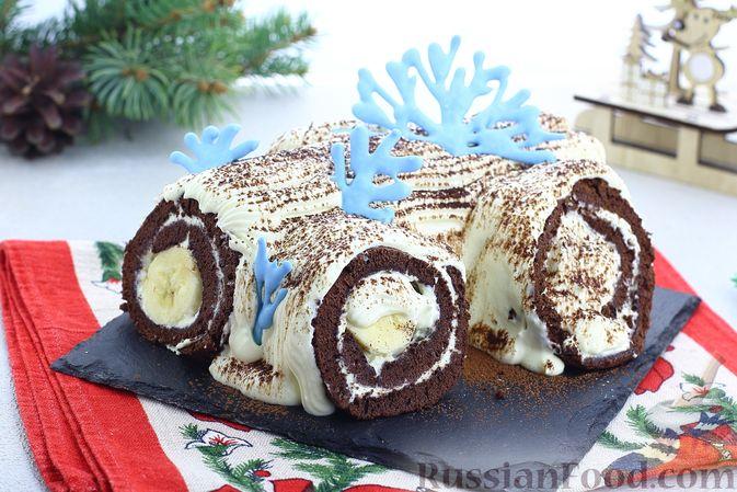 Фото к рецепту: Шоколадный бисквитный рулет c бананами и кремом из сливочного сыра