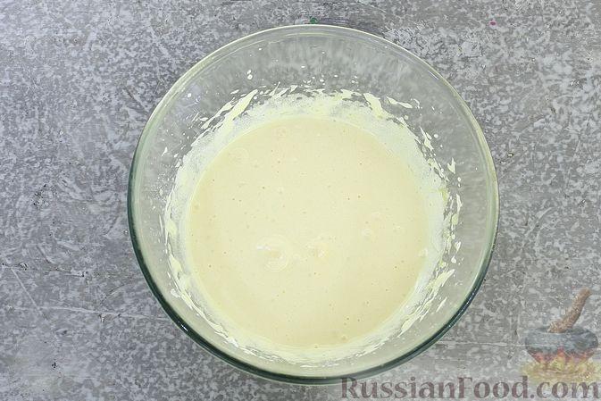 Фото приготовления рецепта: Шоколадный бисквитный рулет c бананами и кремом из сливочного сыра - шаг №8