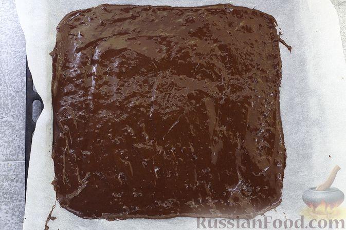 Фото приготовления рецепта: Шоколадный бисквитный рулет c бананами и кремом из сливочного сыра - шаг №12