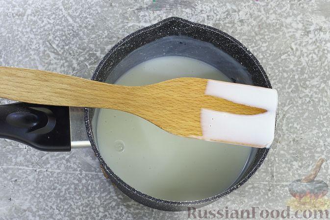 Фото приготовления рецепта: Шоколадный бисквитный рулет c бананами и кремом из сливочного сыра - шаг №16