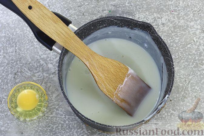 Фото приготовления рецепта: Шоколадный бисквитный рулет c бананами и кремом из сливочного сыра - шаг №17