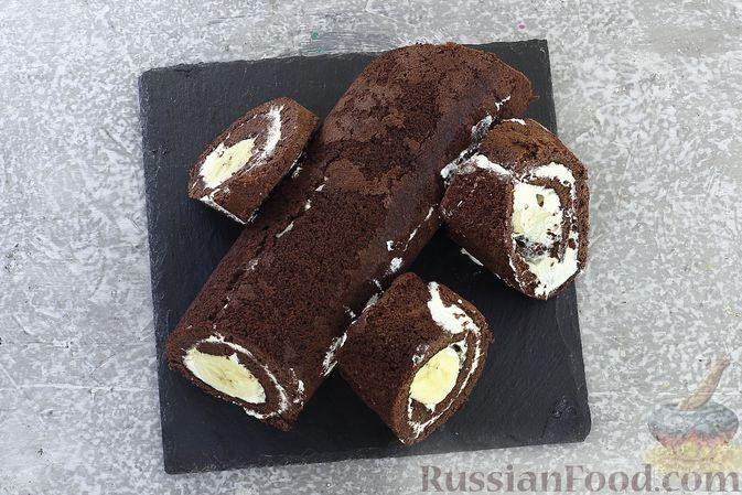 Фото приготовления рецепта: Шоколадный бисквитный рулет c бананами и кремом из сливочного сыра - шаг №24