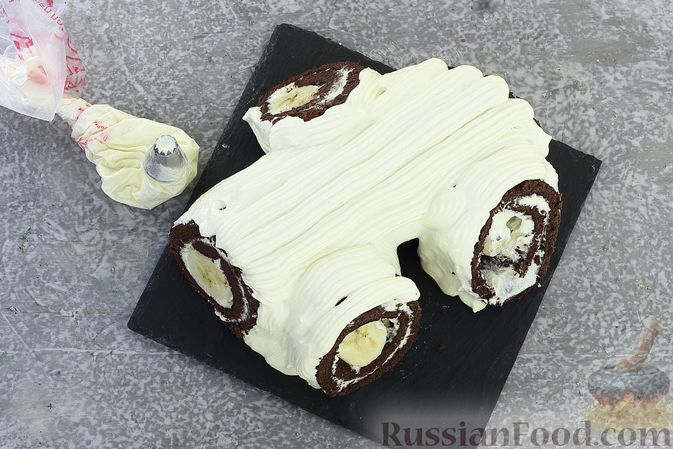 Фото приготовления рецепта: Шоколадный бисквитный рулет c бананами и кремом из сливочного сыра - шаг №25