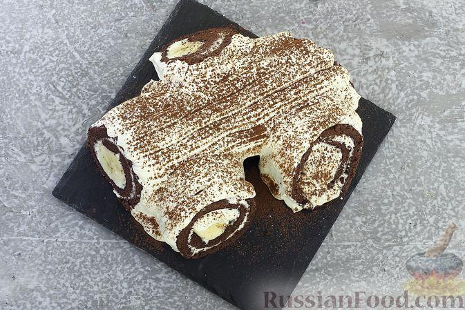 Фото приготовления рецепта: Шоколадный бисквитный рулет c бананами и кремом из сливочного сыра - шаг №26