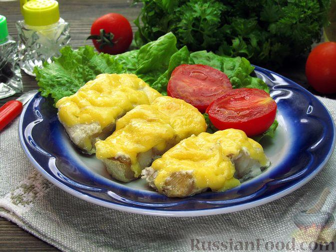 Фото к рецепту: Минтай, запечённый под сыром