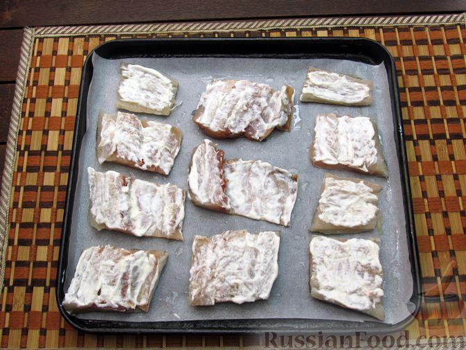 Фото приготовления рецепта: Минтай, запечённый под сыром - шаг №4