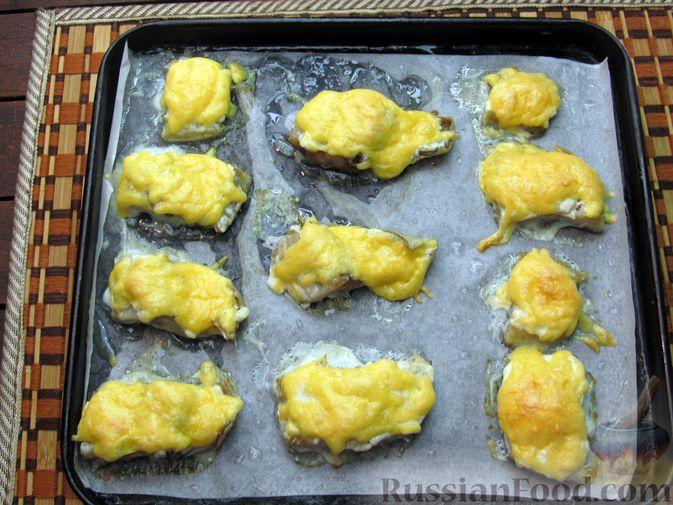 Фото приготовления рецепта: Минтай, запечённый под сыром - шаг №6