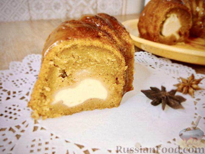 Фото к рецепту: Тыквенный кекс с начинкой из сливочного сыра