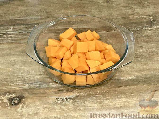 Фото приготовления рецепта: Тыквенный кекс с начинкой из сливочного сыра - шаг №3