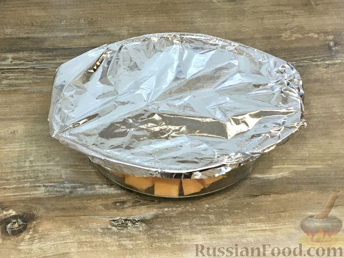 Фото приготовления рецепта: Тыквенный кекс с начинкой из сливочного сыра - шаг №4